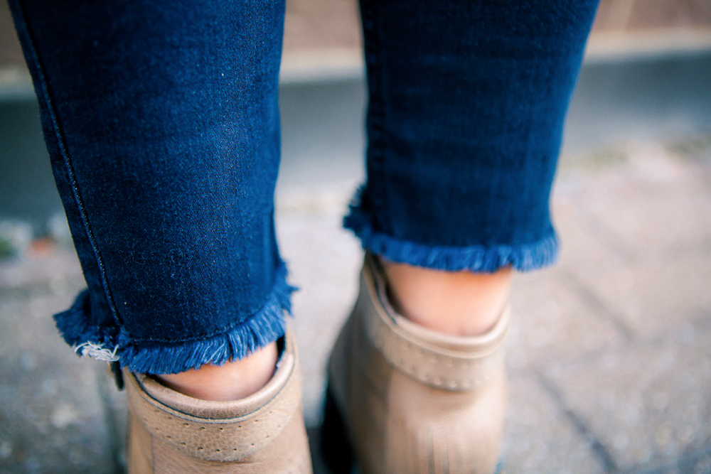 Fall outfit ideas - Frayed hem jeans and how to wear them