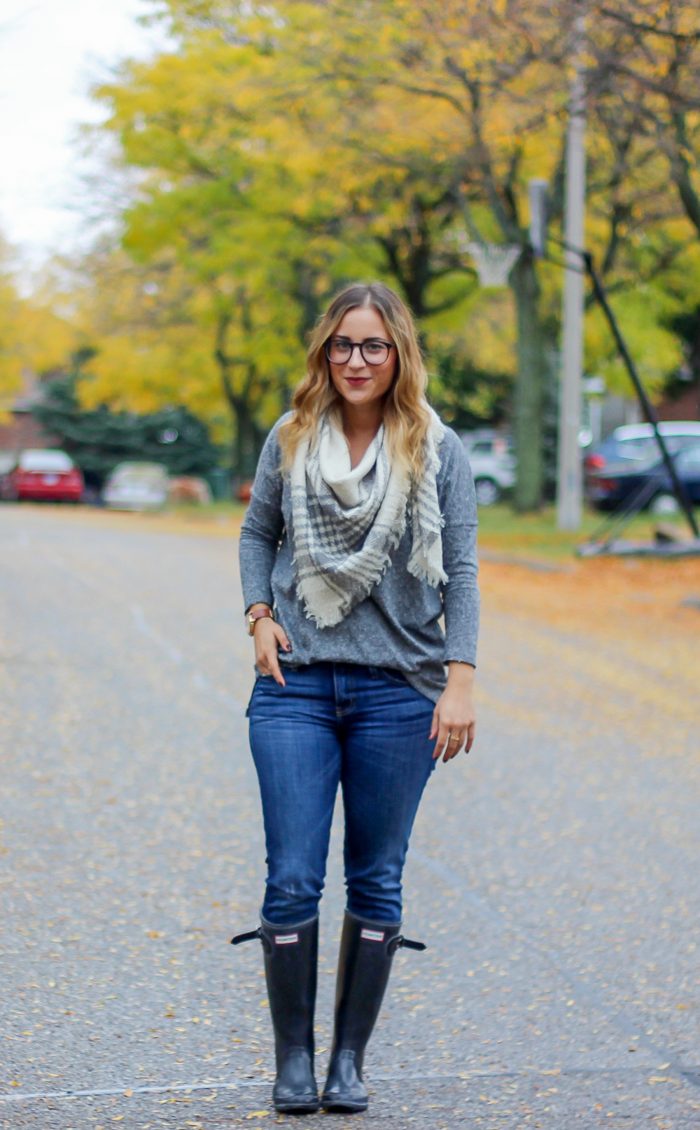 What to wear to brunch in the fall - Guess blanket scarf, Topshop long sleeve tee, skinny jeans, Hunter rain boots