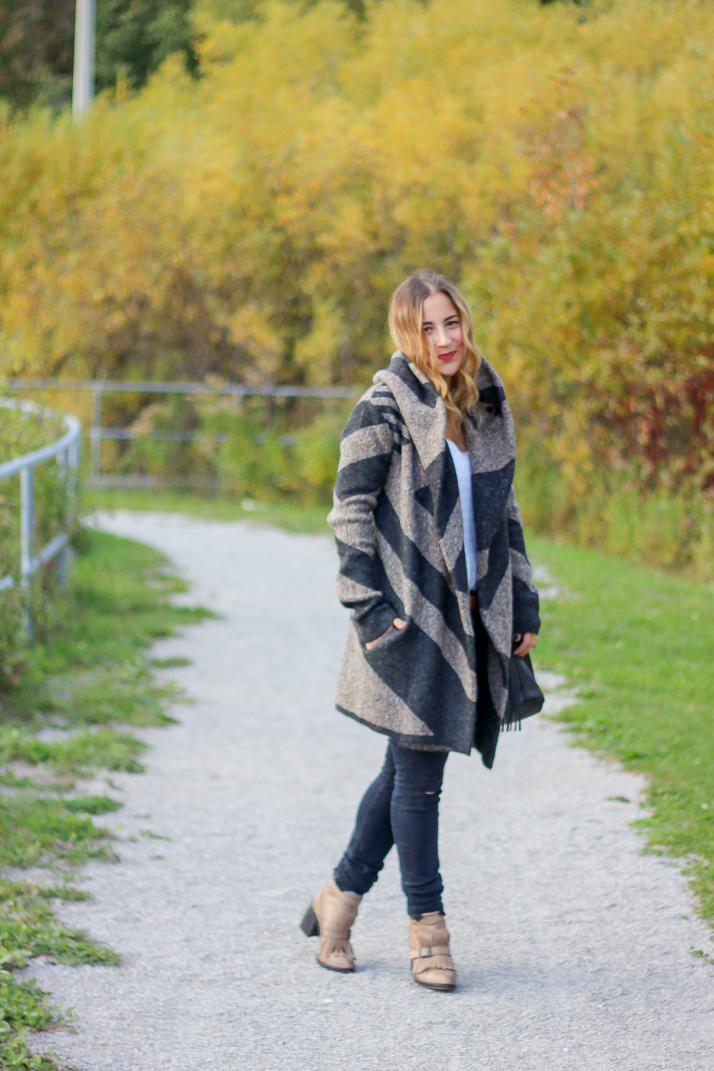 How to wear an oversized sweater from Le Chateau, with ripped black skinny jeans from Zara