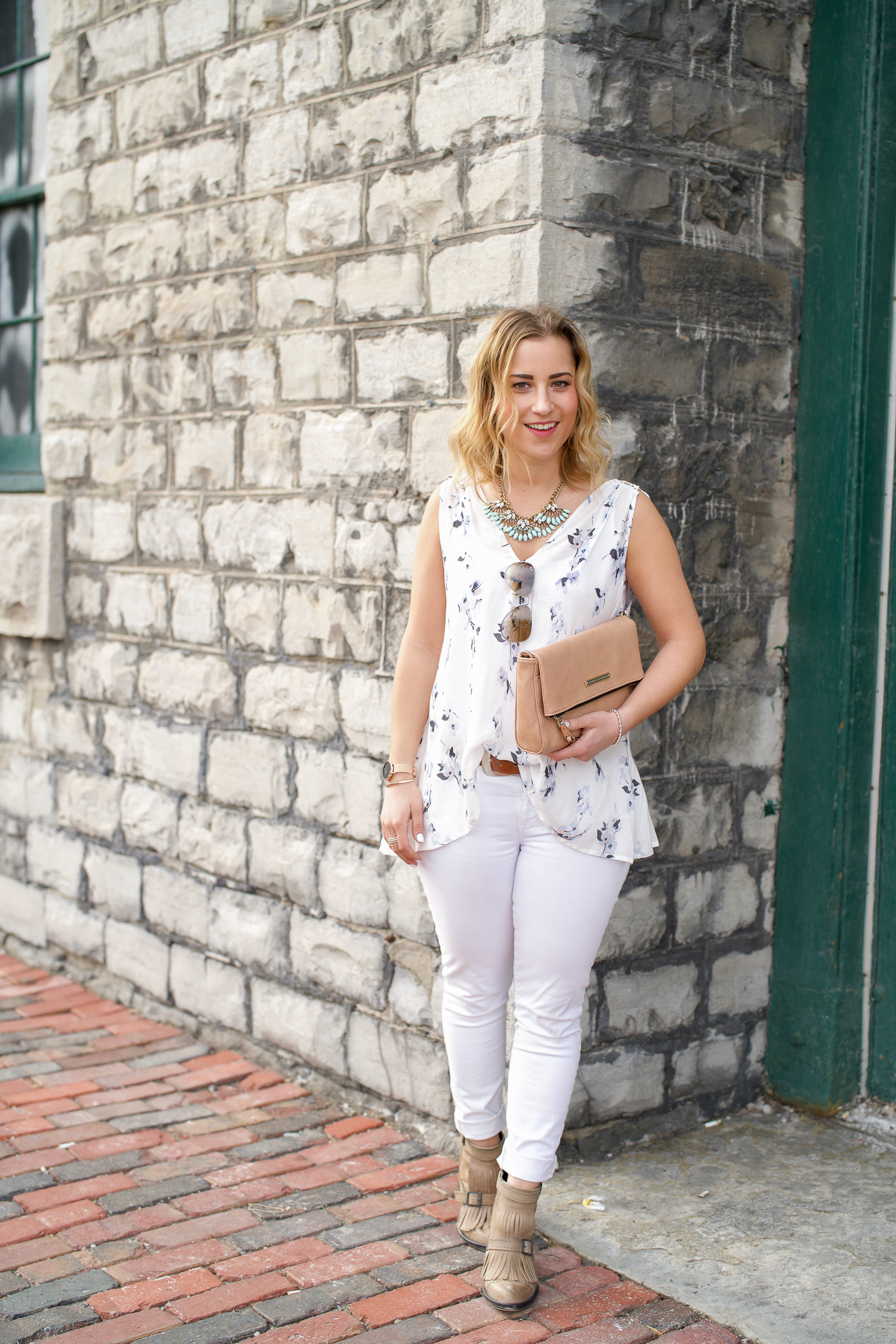 Jackie Goldhar is a Canadian fashion and lifestyle blogger, sharing a spring outfit with white jeans