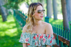 Jackie Goldhar is a Toronto fashion blogger, wearing a GUESS off the shoulder summer top and Ray-Ban aviator sunglasses