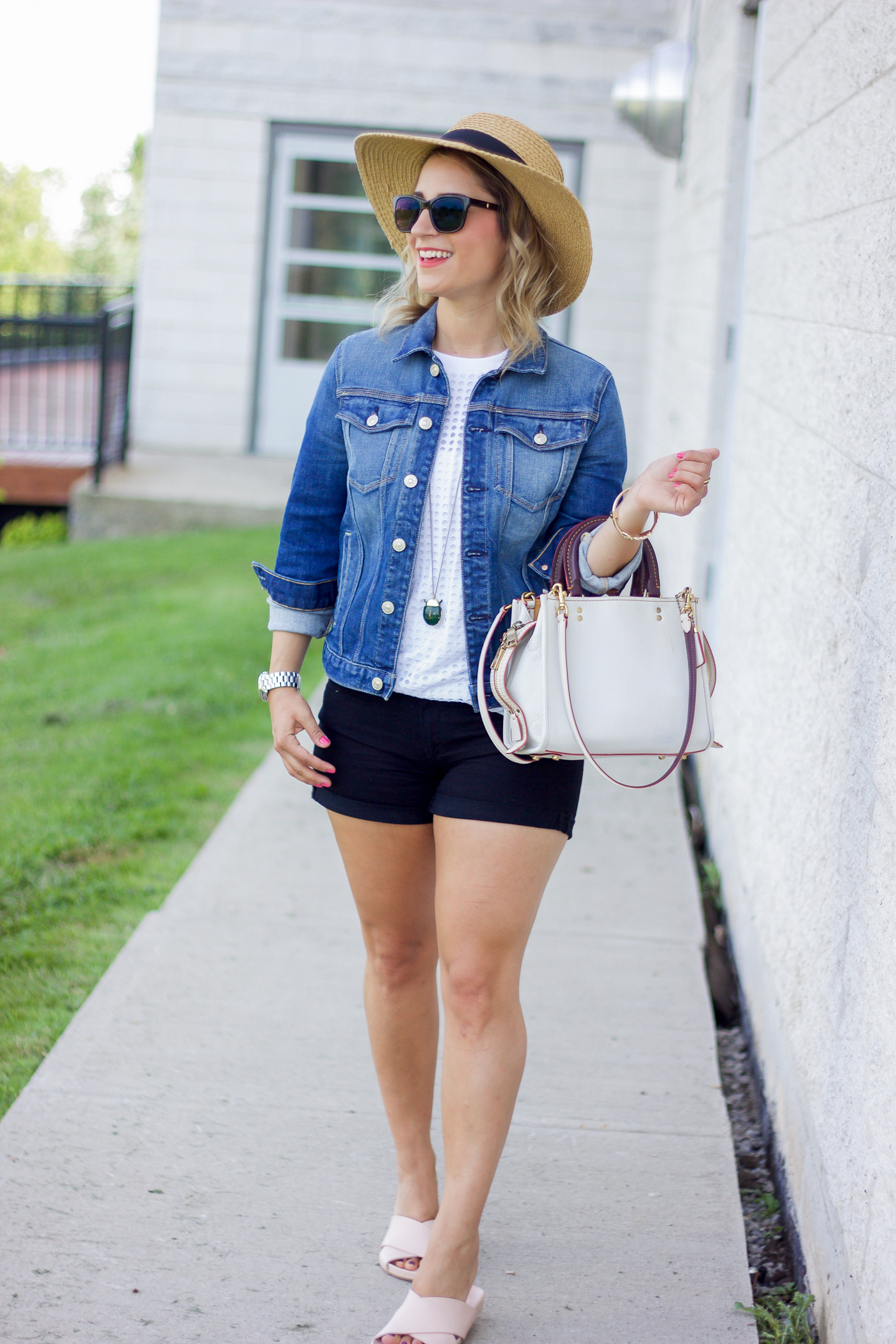 Jackie Goldhar is a Toronto-based lifestyle and fashion blogger, sharing a simple and chic petite-friendly summer outfit idea
