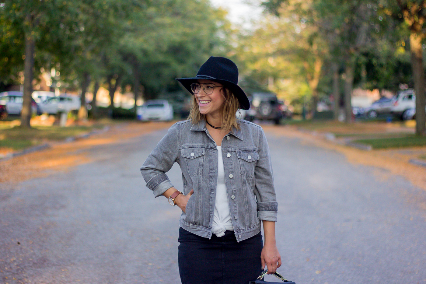 Petite fashion blogger, Jackie Goldhar, wearing the Joseph Marc Observation Aviator glasses from Clearly and a denim jacket from Gap for the fall
